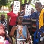 Optiker in Ghana bei der Arbeit